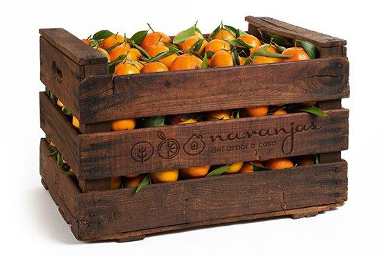 Caja de madera con naranjas